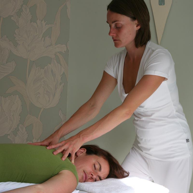 shiatsu treatment table shoulders acupressure